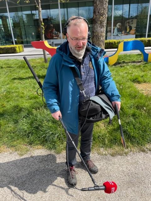 Radioreporter Richard Grootbod met microfoonhengel en grijpstok